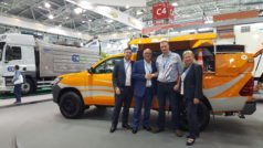 Celebrating CountyClean Group's innovative equipment investment deal at iFAT on 15th May 2018 with a hearty handshake in front of Rivard's BORA combination unit showpiece. From left: CountyClean Group Trevor Beer, Operations Director and Mike Walker, Managing Director. O'C Mechanical Services Damien O'Connor, Director. CountyClean Group Debbie Walker, Director & Company Secretary. (Foto: CountyClean Group)