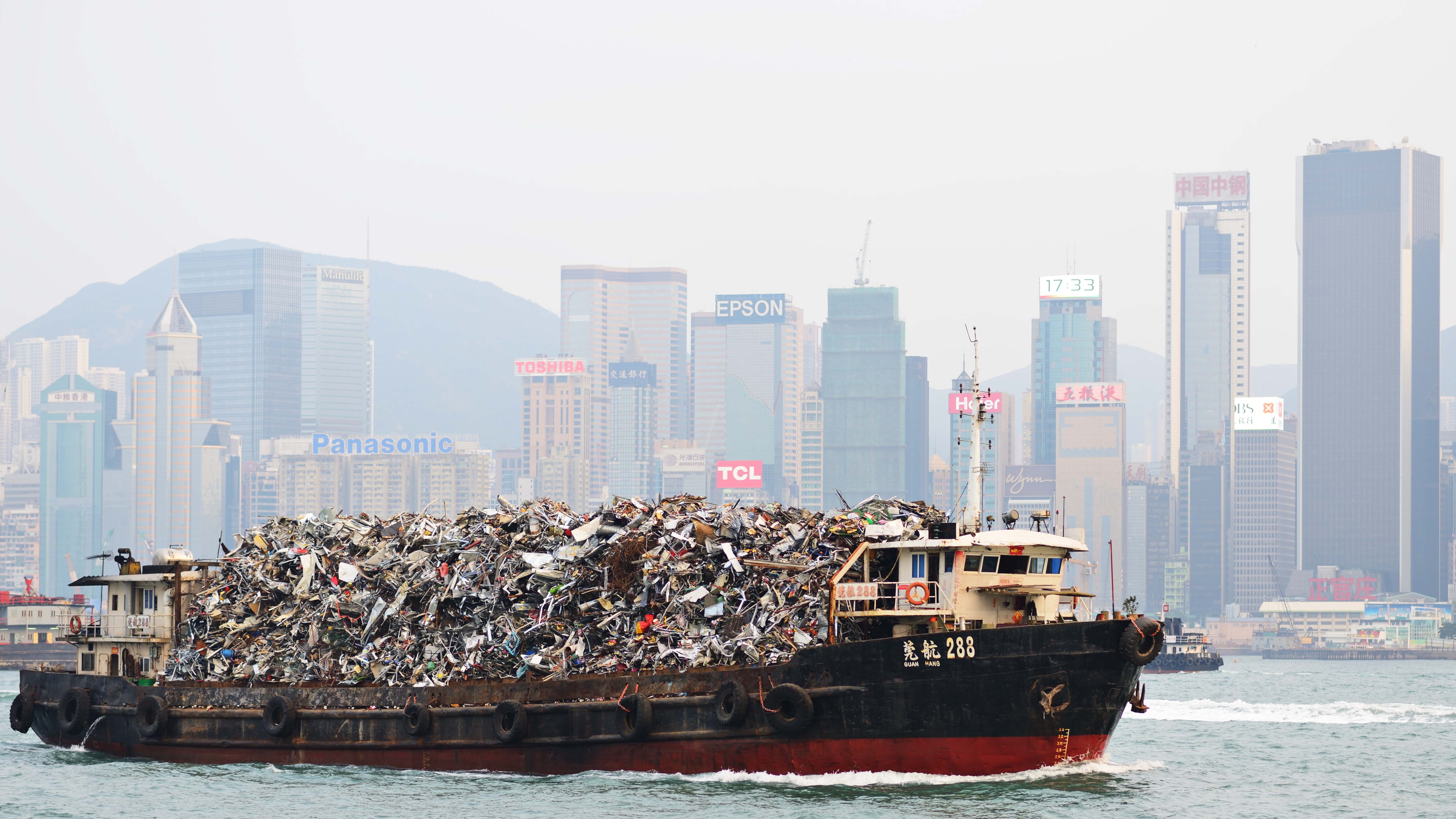 Hong Kong, China - October 8, 2012: Garbage being hauled on boat in Victoria Harbor. The dense population means its existing landfills are expected to be full by 2015. (Foto: Tomra)