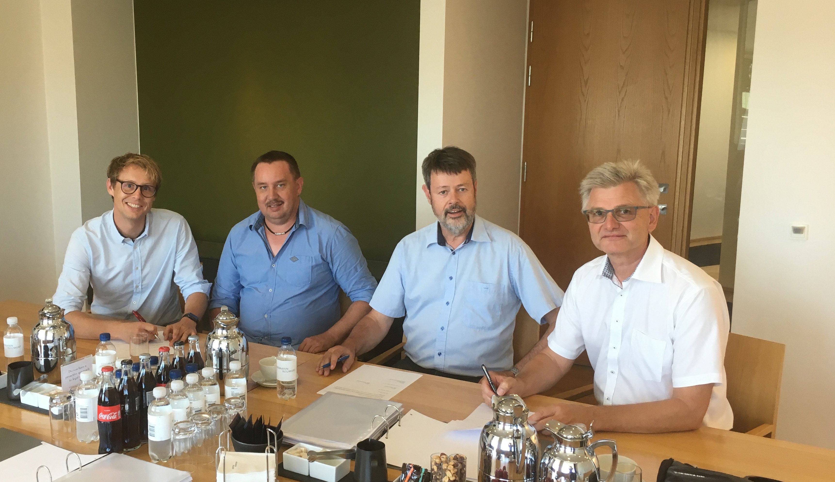 From left to right: Roland Ruf and Wolfgang Ruf, co-owners and managing directors of Ruf briquetting systems, signed the acquisition agreement along with Mogens S. Knudsen und Henning M. Larsen, the previous owners of C. F. Nielsen. All of them are happy about the fact that two companies, which share the same philosophy and values, are under one roof now. (Foto: Ruf)